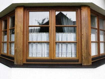 Vor der Sanierung: Ein altes verwittertes Holzfenster
